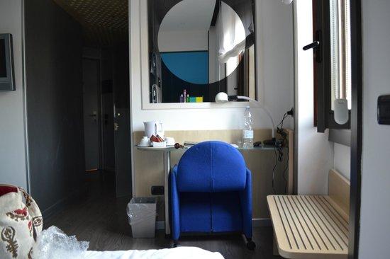 Hotel Mediolanum Milan : small desk