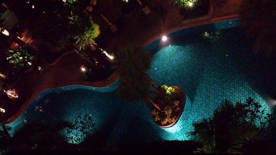 Rawai Palm Beach Resort : Piscine de nuit