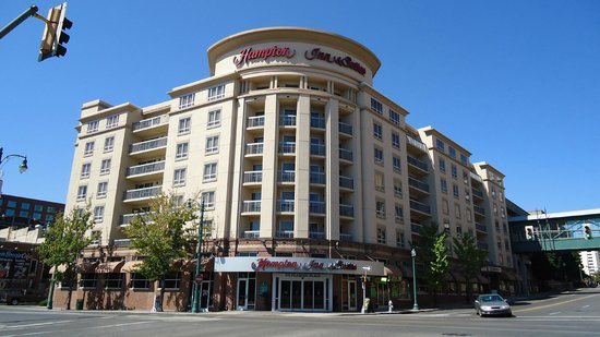 Hampton Inn & Suites Memphis - Beale Street: Front of hotel