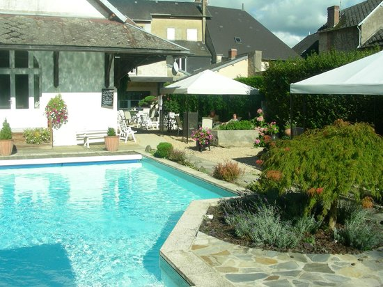 Hotel-Restaurant Nougier: mooie tuin met zwembad