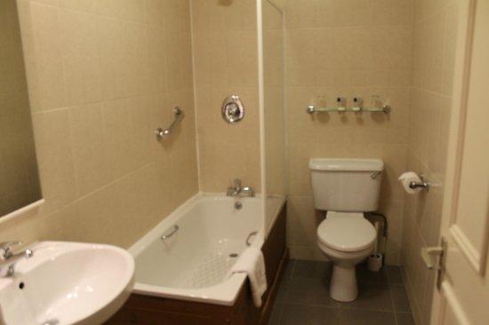 Ariel House : Spacious & clean bathroom