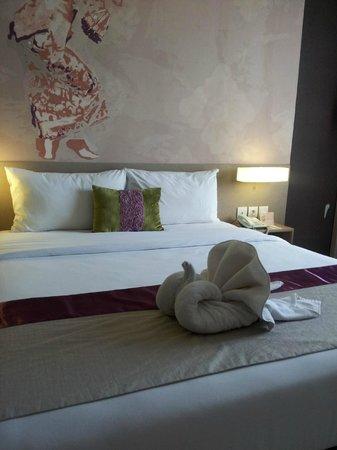 Mercure Bali Nusa Dua: bedroom room attendant so nice, left me a swan :)