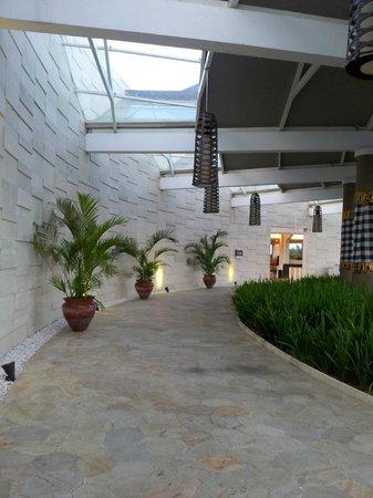 Mercure Bali Nusa Dua : front of hotel walkway