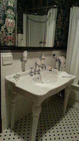 Spitzer House Bed & Breakfast: Bathroom vanity sink