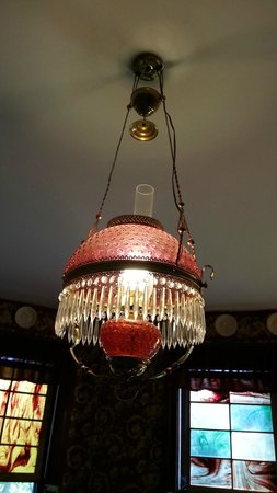 Spitzer House Bed & Breakfast: Cranberry glass chandelier in dining room