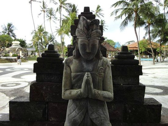 Inna Grand Bali Beach Hotel : Beautiful statues on the grounds