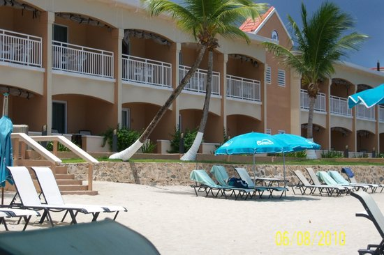 Divi Little Bay Beach Resort: View of hotel from the beach