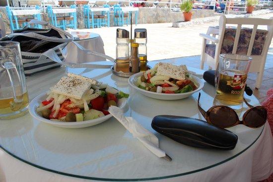 Niriides Beach Hotel: Greek Salads from the poolside bar - Mmmmm
