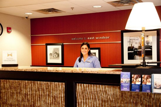 Hampton Inn East Windsor : Front Desk 2
