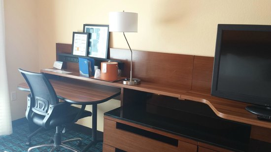 Fairfield Inn & Suites Orlando International Drive/Convention Center: Nice Desk/Chair Area