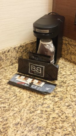 Fairfield Inn & Suites Orlando International Drive/Convention Center : Free Coffee in Bathroom