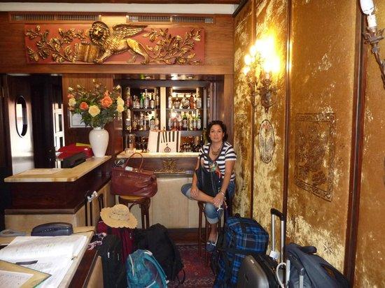 Hotel Serenissima : La recepcion con maletas que esperan a que sus propietarios se despidan de Venecia