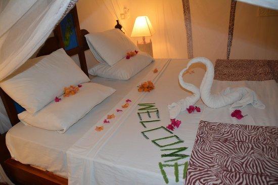 Jacaranda Beach Resort: letto con fiori villa mare