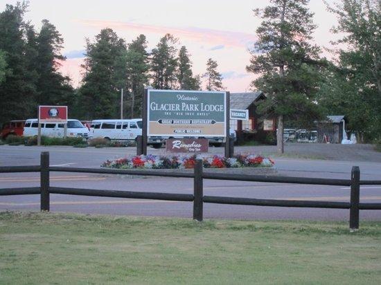 Glacier Park Lodge: Hotel Grounds
