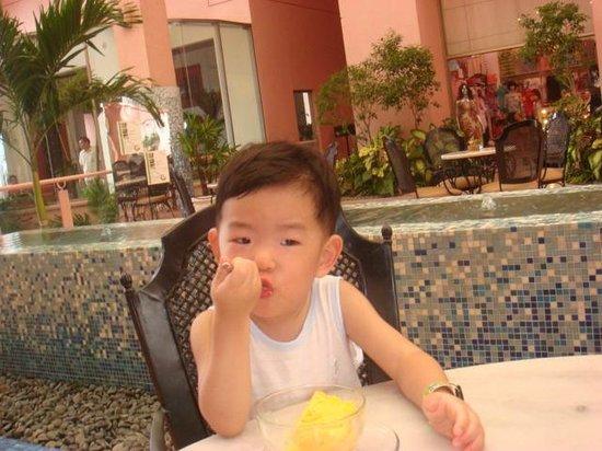 Moevenpick Hotel Mactan Island Cebu : lobby lounge(snack bar)