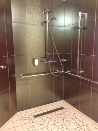 Hotel Chez Jean : The unenclosed shower in Rm 114