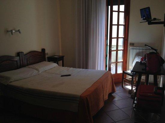 Priori Hotel : camera (coperta singola su letto matrimoniale)