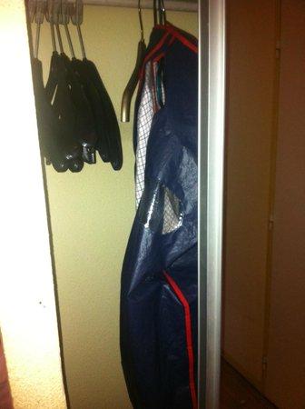 Holiday Inn Paris Montparnasse Pasteur: Broken sliding door, it wouldn't open any more