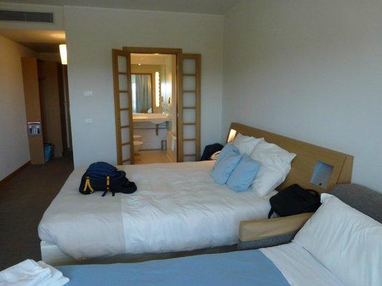 Novotel Bologna Fiera : Our room and bathroom