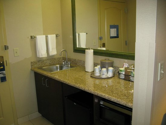 Hampton Inn & Suites Berkshires-Lenox : wetbar/fridge/microwave