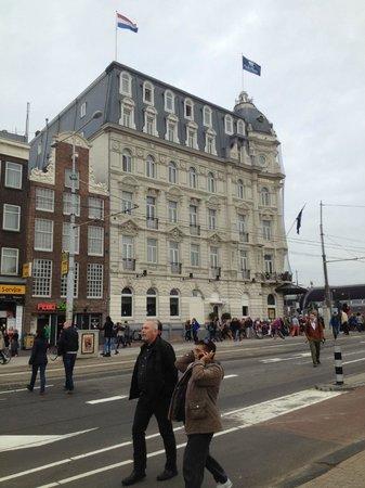 Park Plaza Victoria Amsterdam: Vista lateral del hotel desde la Avda.Damm