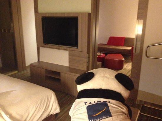 Hotel Novotel Taipei Taoyuan International Airport: Nice TV Panda view and living room