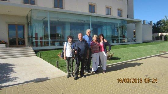 Pietre Nere Resort: Foto di gruppo davanti all'hotel