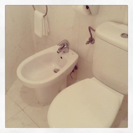 Regencia Colon Hotel: Toilet Room 554