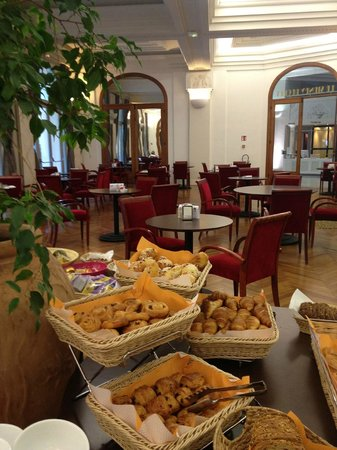 Hôtel Le Grand Pavois : Grosse Auswahl an Brot, Baguette, Kuchen