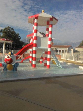 Camping Le Pearl Village Club : tres belle piscine