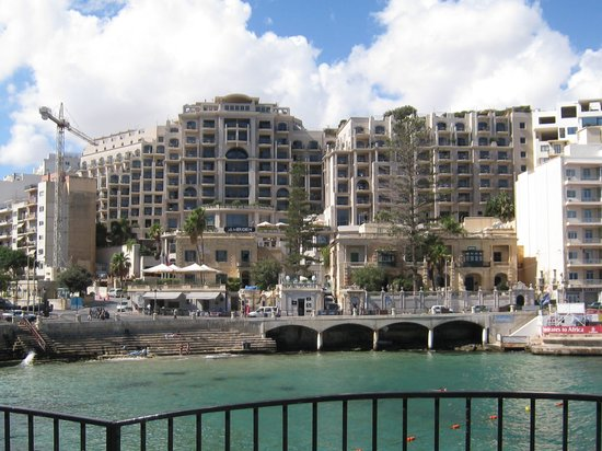 Le Meridien St. Julians: Facing the hotel from the seafront