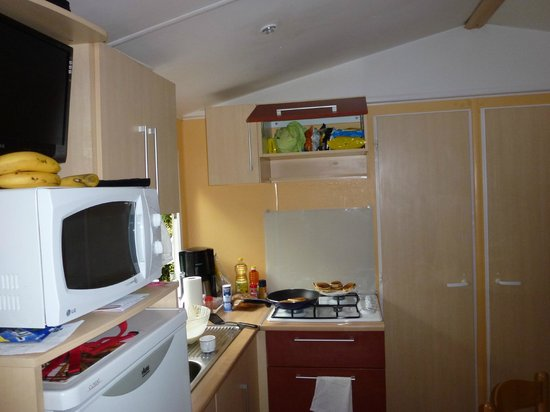 Camping Indigo : Kitchen in 3 bed Mobile Home