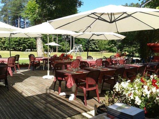Hotel Restaurant La Charmille: La terrasse et le parc