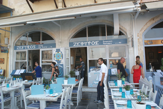 Zefyros Family Fish Taverna: Zefyros frontage (when quiet)........