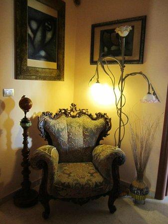 Villa Casablanca B&B : poltrona nel corridoio