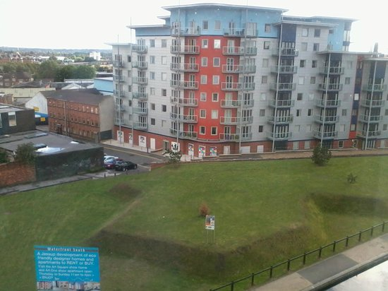 Premier Inn Walsall Town Centre Hotel: Another bridge view onto new buildings