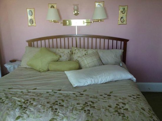 Driftwood Inn Bed and Breakfast: King Sized Bed & 2 Person Jacuzzi with a Lake View