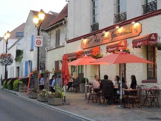 Golden Tulip Paris CDG Airport Villepinte: Dining in Roissy village