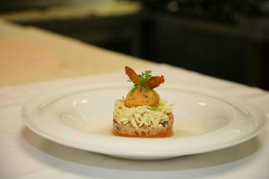 Hotel de France : Emiettée de pinces de crabes, pommes vertes et céleri en rémoulade de curry, Gelée et Eau de tom