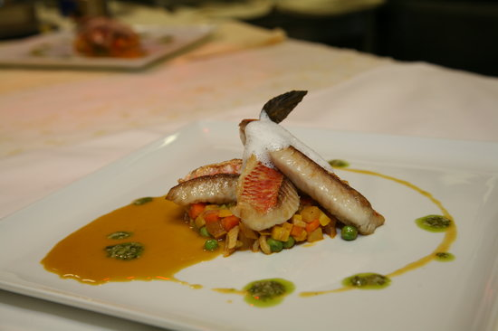 Hotel de France : Filets de rougets Barbet poêlés à l'huile de Basilic, mousseux Aïoli, Minestrone de petits légum