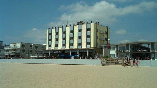 Beach Plaza Hotel: From the beach toward the hotel