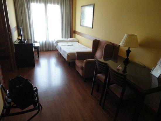 Hotel II Castillas: Zona de estar en la habitación