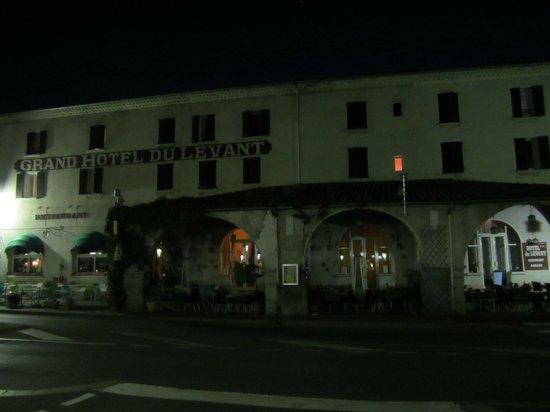 Hotel du Levant : FACHADA POR LA NOCHE