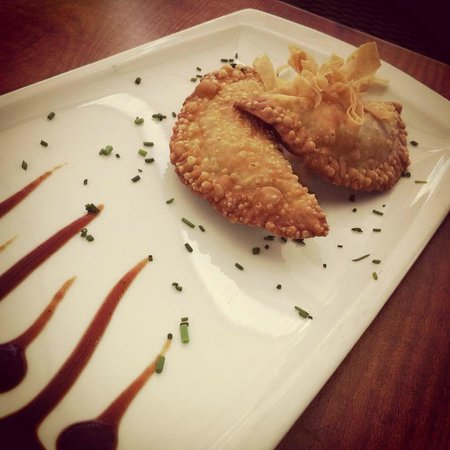 La Macarena Taller de Cocina : Empanadilla frita, rellena de carne de cerdo y cilantro con salsa barbacoa / Fried small pasties