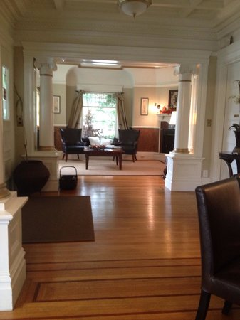 1801 First Luxury Inn: Front room of main house