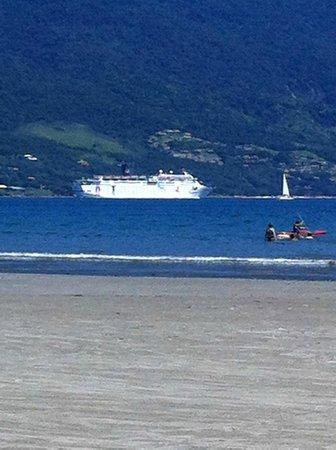 Vistabela Resort: Praia e canal de Ilhabela