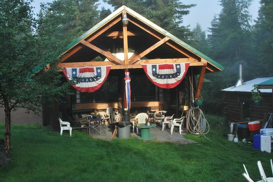 The Hutch Bed & Breakfast : Covered Campfire Area