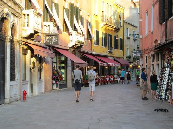 Hotel Falier: Nice street in the heart of Venice