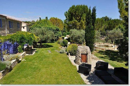Le Mas de la Fontanelle: Garden area in front of apartments and terraces