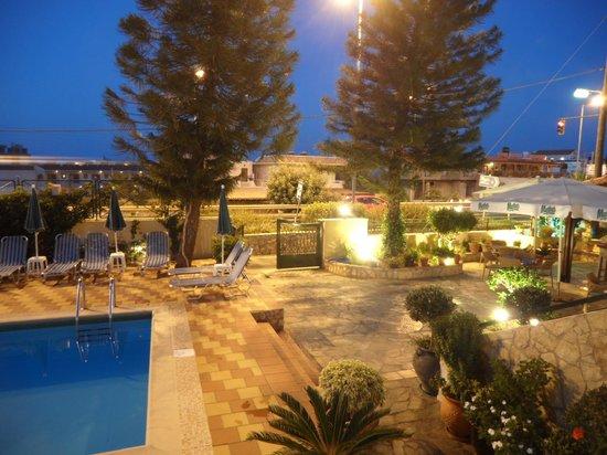 Kiriakos Apartments: Patio area near bar